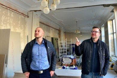 Titus Richter (l.) und Sebastian Pelz von der MVZ-Mittweida-Gesellschaft im künftigen Empfangsbereich des Ärztehauses. Die historischen Stuckdecken sollen bleiben.