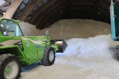 Arbeiten im zentralen Streusalzlager des Erzgebirgskreises in Stollberg. Hier liegen auch noch etwas 6000 Tonnen aus dem vergangenen Winter, der sehr mild gewesen ist.