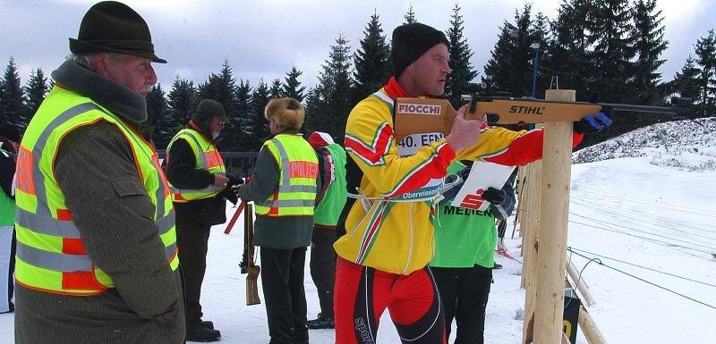 Fachmännischer Blick: Jäger Matthias Rimpel aus Crottendorf (l.) schaut dem Belgier Andreas Rauw am Schießstand über die Schulter.