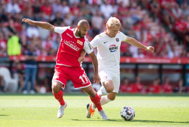 Unions Akaki Gogia (links) versucht Jan Hochscheidt den Ball abzunehmen.