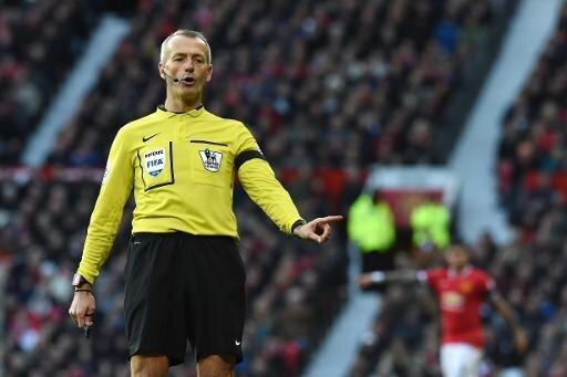 Martin Atkinson pfeift das Spiel auf Schalke