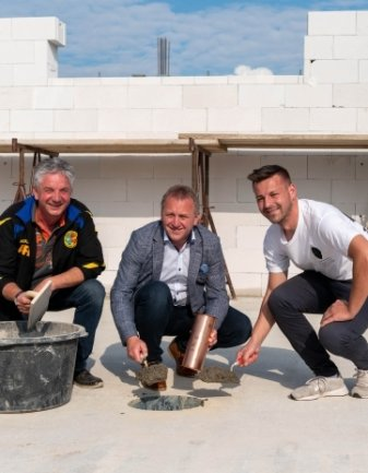Vereinsvize Andreas Rosin, Bürgermeister Ronny Hofmann und Präsident Tommy Haeder (v. l.) mit der Zeitkapsel.