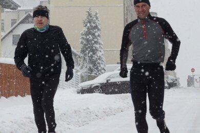 Pünktlich 11 Uhr, als am Samstag dort planmäßig der Neujahrsberglauf beginnen sollte, setzten sich der Reumtengrüner Wolfgang Mothes (links) und Ringo Straßburg vom SV Blau-Weiß Auerbach am Falkensteiner Rathaus in Bewegung. Mothes nahm die 3-Kilometer-Strecke unter die Füße, Straßburg wagte sich auf die 21-Kilometer-Tour.