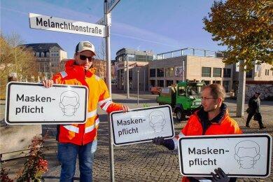 Seit Inkrafttreten der neuen sächsischen Coronaschutzverordnung am Montag gilt in der Plauener Fußgängerzone Maskenpflicht. Nun gibt es Schilder.
