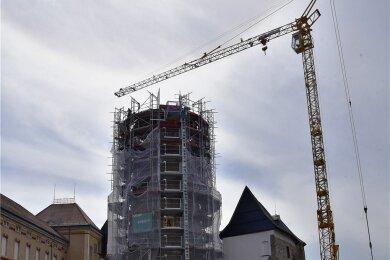 Der feste Kran, der die Turmbaustelle seit Monaten prägte, wurde jetzt abgebaut. Später soll mit einem mobilen Kran gearbeitet werden.