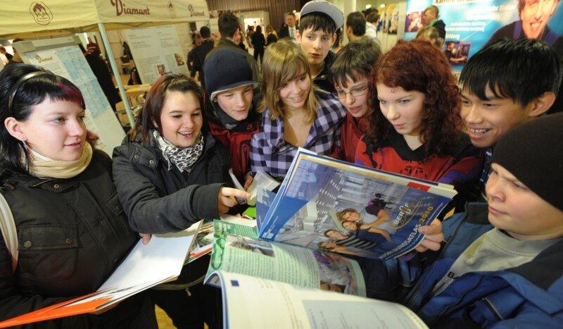 """<p class=""""artikelinhalt"""">Mit jeder Menge Informationen konnten sich Jugendliche am Samstag während der Ausbildungsmesse in Limbach-Oberfrohna eindecken. Mehr als 50 Teilnehmer präsentierten sich in der Stadthalle. </p>"""