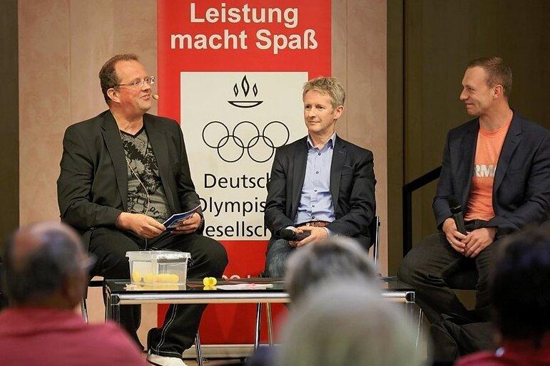 Moderator Raik Bartnik im Gespräch mit den Olympiasiegern Jens Weißflog und Francesco Friedrich (von links).