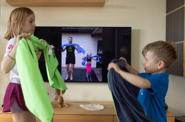 Trainingseinheit mit Handtuch: Maxine (8 Jahre alt) und Hanno (5) aus Scheibenberg haben viel Spaß mit Ralf und Lotte Sommerfeld - auch wenn's online ist.