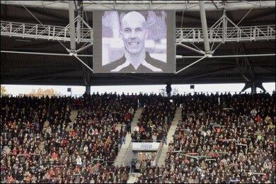 Der niedersächsische Ministerpräsident Christian Wulff hat nach dem Selbstmord von Nationaltorwart Robert Enke ein Umdenken in der Gesellschaft gefordert. In der AWD-Arena in Hannover nahmen zehntausende Menschen bei einer Trauerfeier Abschied von Enke.