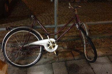 Ein Zug fuhr in der Nacht zum Donnerstag in Freiberg gegen dieses Rad.