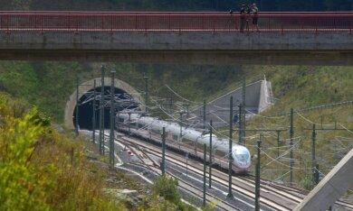 Mit 300 km/h: Ein ICE der Baureihe 3 fuhr über die Neubaustrecke, hier am Überholbahnhof Theuern (Landkreis Sonneberg).