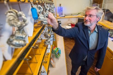 """Martin Wieggrebe, Direktor des Hotels """"Hohen Hahn"""" in Bermsgrün, an der Rezeption. Viele Schlüssel bleiben am Haken hängen, weil derzeit viele Gäste stornieren."""