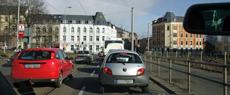 Die Kreuzung Werdauer Straße/Kopernikusstraße aus Autofahrerperspektive: Hier dürfte es bald noch enger zugehen.