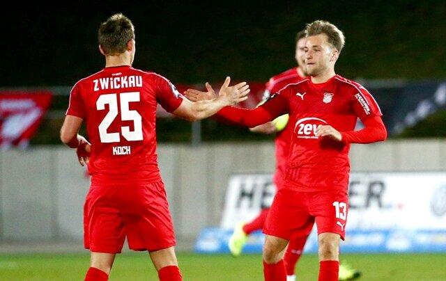 Torjubel nach dem Treffer zum 1:2 durch Torschütze Robert Koch (li., Zwickau) und Mike Könnecke.