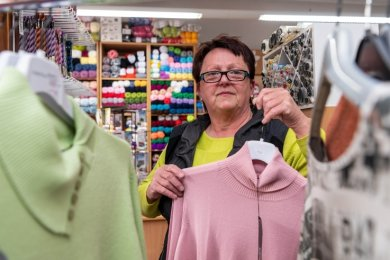 """Marina Loose in ihrem Geschäft """"Strickliesel"""" in Rochlitz. Sie betreibt es seit 49 Jahren."""