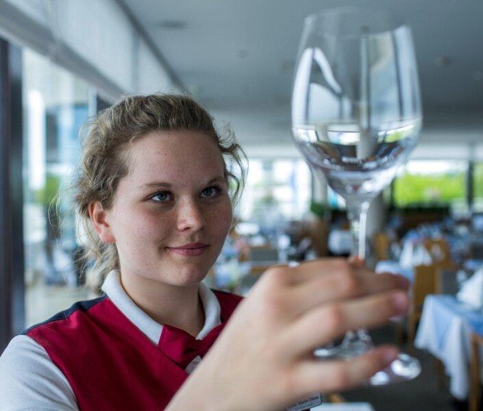 Lena Marie Dinse hat gut lachen: Nach einem Praktikum hat sie gute Chancen, einen der begehrten Hotel-Ferienjobs in Rostock-Warnemünde zu ergattern.