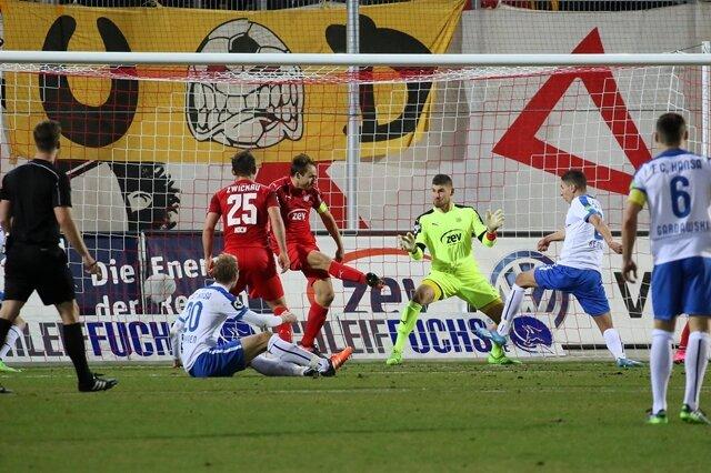 Soufian Benyamina (Rostock) schießt das 2:0.