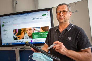 """Schulleiter Falk Döring nutzt an der Oberschule Flöha-Plaue das Portal """"LernSax""""."""