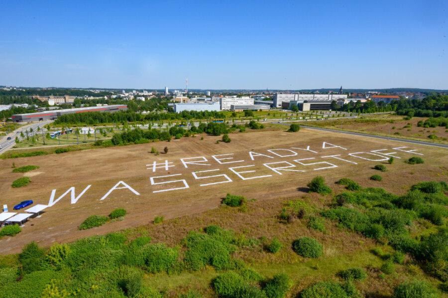 """Klare Botschaft auf dem künftigen Gelände für das Wasserstoffzentrum: """"#Ready4Wasserstoff""""."""