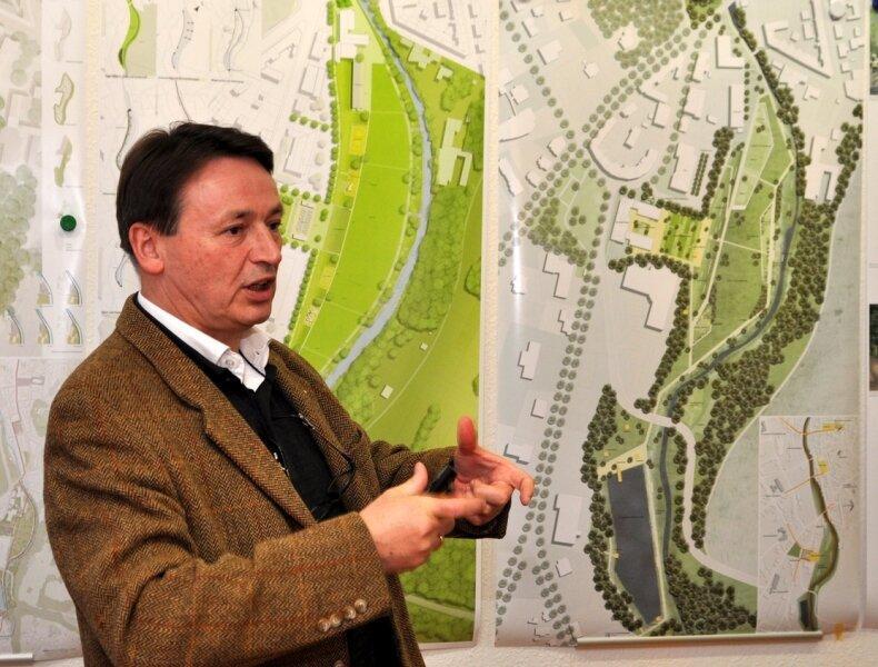 """<p class=""""artikelinhalt"""">Jury-Chef und Stadtplaner Heinz Nagler erklärt den rechts neben ihm zu sehenden Entwurf, der den ersten Preis erhalten hat. </p>"""