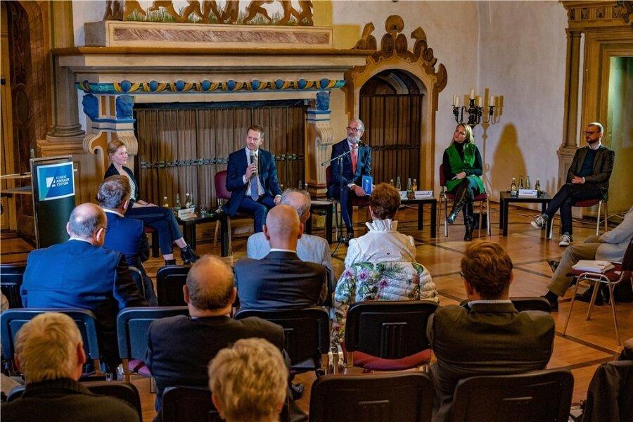 Reden über die deutsche Einheit: Ministerpräsident Michael Kretschmer (Mitte) im Gespräch mit Kathrin Kondaurow (links), Joachim Klose von der Konrad-Adenauer-Stiftung, Nadine Schmieder-Galfe und Lars Lehmann.