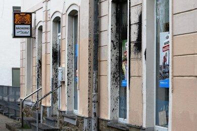 Die Fassade ist mit Teer beschmiert, die Fenster des AfD-Büros in Schwarzenberg sind mit Wahlplakaten provisorisch abgeklebt.