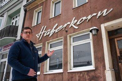 Der neue Chef der Kommunalen Wohnungsverwaltung Burgstädt, Eric Braun, steht vor der ehemaligen Gaststätte Haferkorn an der Straße der Deutschen Einheit. Das Unternehmen hat das Grundstück gekauft, um die Nebengebäude besser sichern zu können.