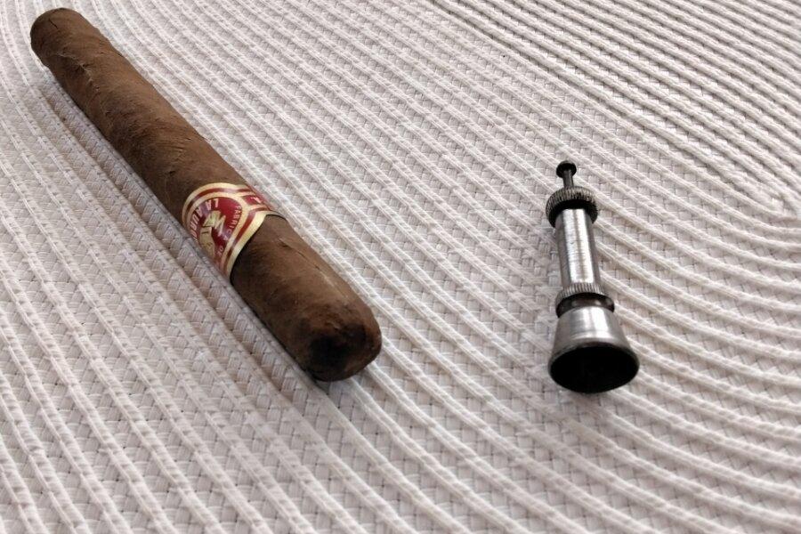 Bei dem vergangene Woche an dieser Stelle vorgestellten Gerät handelt es sich offenbar um einen Zigarrenlocher.