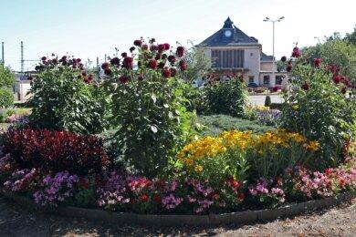 Dort, wo früher der Bahnhofsbrunnen stand, befindet sich heute eine Blumenrabatte. Die Brunnenanlage wurde im Jahr 2002 abgebaut.