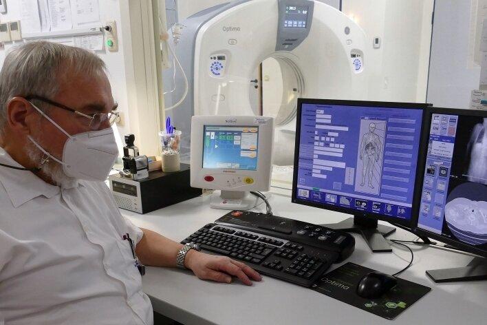 Am Computer kann sich Dr. Martin Walther, Chefarzt der Zschopauer Radiologie, nach einer CT-Untersuchung sofort ein Bild vom Patienten verschaffen.