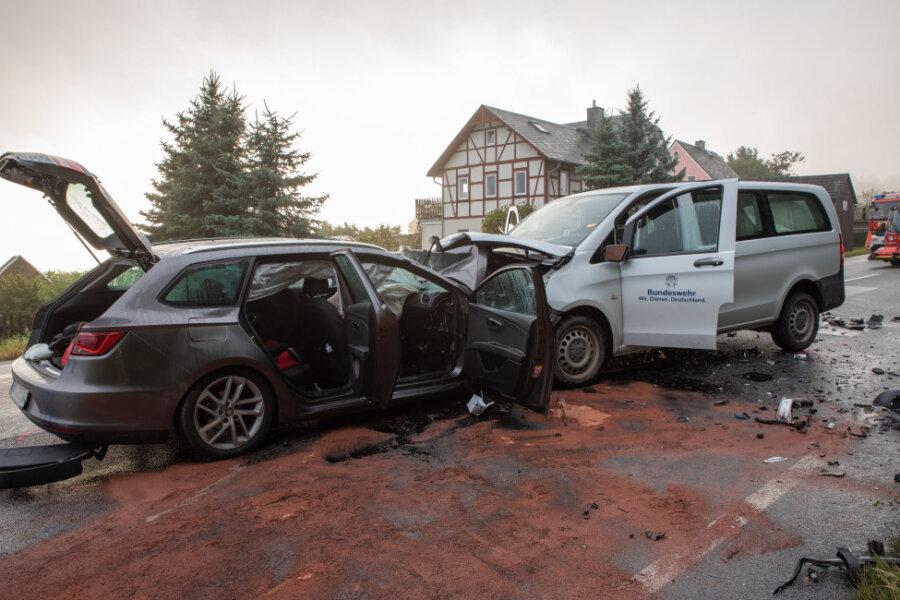 Fünf Schwerverletzte nach frontalem Zusammenstoß