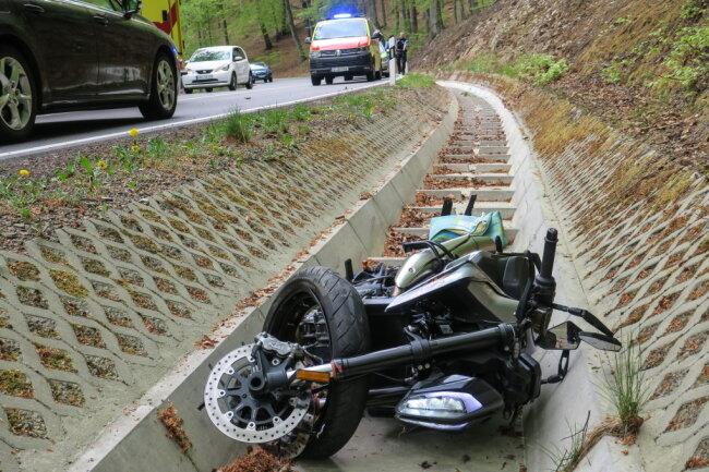 Zwischen Aue und Bernsbachist am Dienstag gegen 15 Uhr ein Mann mit seiner KTM von der Straße abgekommen und im betonierten Seitengraben gelandet.