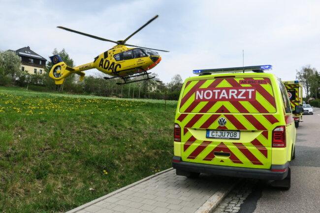 Der Biker wurde so schwer verletzt, dass er mit einem Rettungshubschrauber ins Krankenhaus geflogen werden musste.