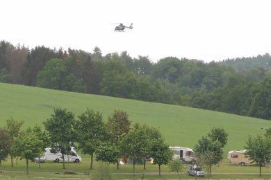 Ein Hubschrauber unterstützte die Suche nach einer vermissten Person.