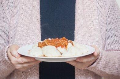 """Ulrike Kranz aus Dresden hat drei Wochen lang komplett auf Kohlenhydrate verzichtet - und dadurch fünf Kilogramm abgenommen: """"Die ersten drei Tage waren heftig: Ich fühlte mich wie auf Entzug, war kribbelig und übellaunig, hatte Heißhunger auf Pasta, Süßes und Brötchen, aber das ebbte dann ab. Ich wusste ja, dass mir der Zucker und das Mehl auch körperlich fehlen würden nach Jahren, in denen ich selbst abends reichlich Pasta oder Brot gegessen habe. Nach zwei, drei Tagen fühlte ich mich aber besser, nach vier schon sehr gut und sehr wach. Inzwischen esse ich zwar wieder Kohlenhydrate, ein Brötchen zum Frühstück oder Kartoffeln zum Mittagessen. Aber abends bin ich bei No carb geblieben: Kürzlich etwa habe ich mir Rinderhack gebraten. Gut gewürzt mit Chili schmeckt es mit Blumenkohlröschen klasse. Fast besser als mit Pasta."""""""