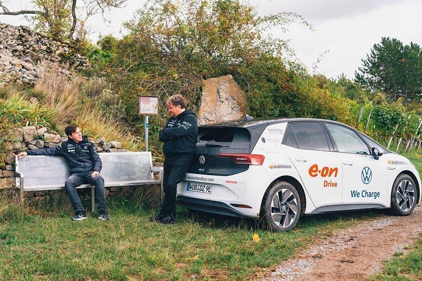 Liebhaber der Langstrecke: Rainer Zietlow (r.) mit seinem Beifahrer Dominic Brüner bei einer Pause nahe Würzburg. In 65 Tagen wollen die beiden mit einem VW ID.3 rund 20.000 Kilometer zurücklegen. Rund die Hälfte ist geschafft. In den vergangenen Tagen ist das Duo durch Sachsen gefahren.