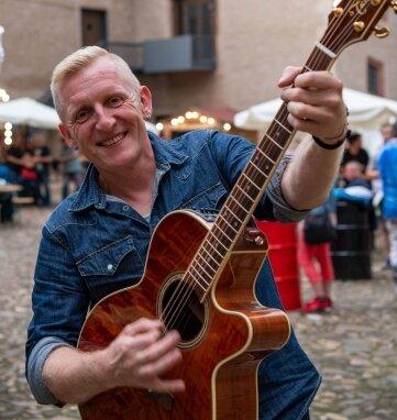 Sänger Bernd Birbils, der sich gut gelaunt vor dem ersten Livekonzert auf dem Schlosshof zeigt.