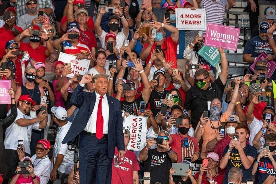 US-Präsident Donald Trump spricht vor Hunderten Unterstützern in einem Hangar des Flughafens Orlando-Sanford. Masken tragen nur wenige Teilnehmer der Wahlkampfkundgebung.