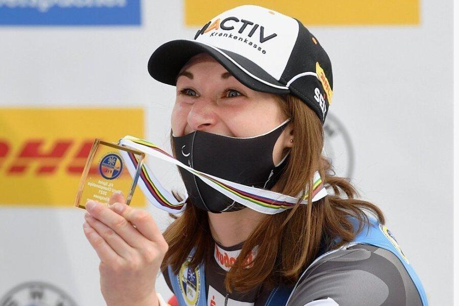 Julia Taubitz präsentiert nach dem Sprintrennen am Königssee ihre Goldmedaille. Die Tränen waren da schon getrocknet.