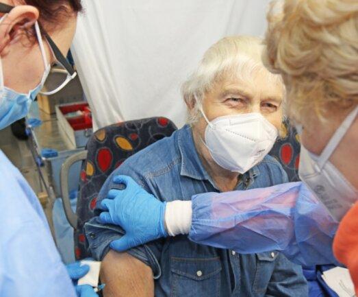 Gut gelaunt und gelassen empfängt Reiner Hänig am Sonntagvormittag seine zweite Impfung im mobilen Impfbus.