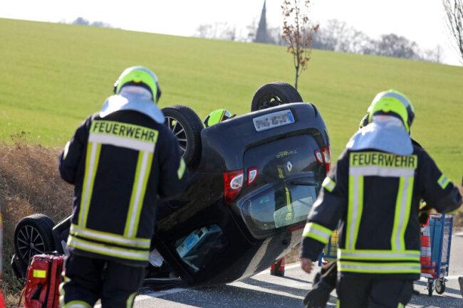 Ein Renault Twingo ist am Samstagnachmittag auf dem Hofgraben zwischen Gersdorf und Hohndorf verunglückt.