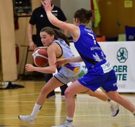 Die Chemcats um Nicole Brochlitz (links) gewannen ihr Auftaktspiel in der Zweiten Liga gegen Göttingen mit 68:55. Die junge Spielerin, die auch in der Nachwuchsbundesliga aktiv ist, erzielte 11 Punkte.