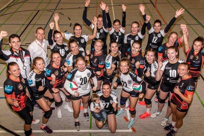 Thomas Stackfleth (hinten links) unterstützt künftig Frank Sommer (2. von links) und die Reichenbacher Volleyballerinnen als Trainer.