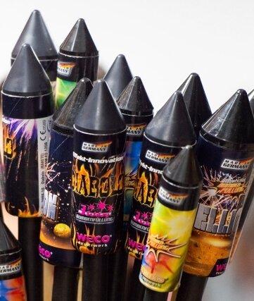 Der Verkauf von Feuerwerksartikeln wie diesen Silvesterraketen ist verboten. Ob bereits erworbene Böller oder Restbestände gezündet werden dürfen, entscheiden die Kommunen.