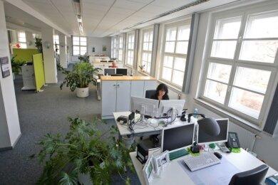 Blick ins Großraumbüro der AOK Plus an der Franz-Mehring-Straße in Zwickau. Weil sich viele Mitarbeiterinnen und Mitarbeiter im Homeoffice befinden, sind die meisten Schreibtische verwaist.