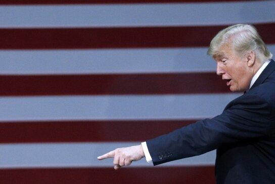 """Seit gestern ist """"Fire and Fury"""" auf dem Markt - ein 330-Seiten-Wälzer über Donald Trump. Als wolle er den Titel (""""Feuer und Zorn"""") illustrieren, belegte der US-Präsident erst seinen im Buch zitierten Ex-Chefstrategen Stephen Bannon mit einem Bannstrahl (""""Er ist verrückt geworden""""). Dann überschlug sich seine Sprecherin mit abfälligen Äußerungen über das """"komplett erfundene"""" Werk. Schließlich hetzte Trump dem Verlag seine Anwälte auf den Hals."""