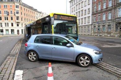 Bei einem Zusammenstoß zwischen einem Pkw und einem Bus in Chemnitz ist am Montag ein Fahrgast nach ersten Informationen leicht verletzt worden.