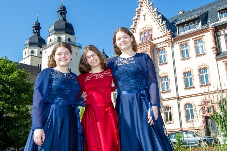 Drei gleiche festliche Kleider in unterschiedlichen Farben - so verschieden wie Antonia, Benita und Christina Brunner sind.