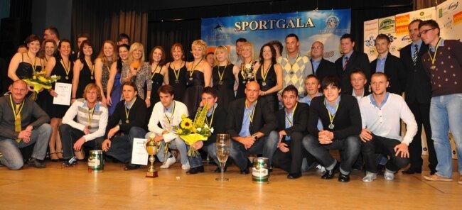 Bei den Sportlergalas wird es regelmäßig eng auf der Bühne - so wie hier bei der Ehrung der besten Mannschaften 2009 in der Musikhalle Markneukirchen. Damals siegten die Fußballer des VFC Plauen vor den Volleyballerinnen des VSV Oelsnitz und den Rodewischer Judoka.