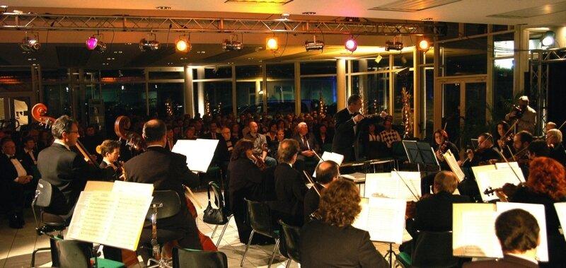 """<p class=""""artikelinhalt"""">Konzert im Autohaus: Zuhörer lauschen den Tönen der Erzgebirgsphilharmonie. </p>"""
